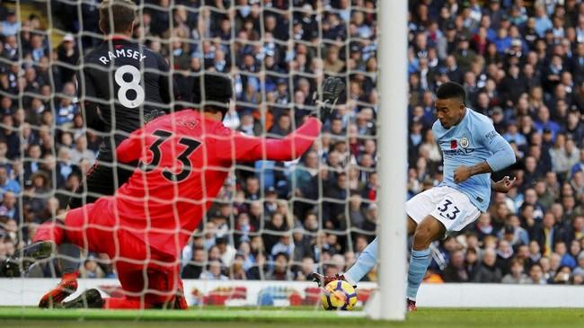Kerja keras Arsenal untuk menyamakan kedudukan gagal terwujud setelah Gabriel Jesus mencetak gol ketiga Manchester City pada menit ke-74 setelah menerima umpan tarik David Silva. (REUTERS/Phil Noble)