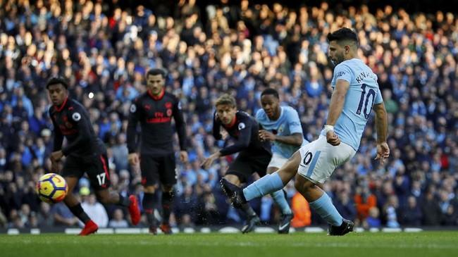 Sergio Aguero yang menjadi algojo penalti menjalankan tugasnya dengan sempurna dan membawa Manchester City unggul 2-0. (REUTERS/Phil Noble)