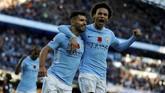 Sergio Aguero merayakan gol ke gawang Arsenal bersama Leroy Sane. Penyerang asal Argentina itu kini sudah mencetak 179 gol untuk Manchester City. (REUTERS/Phil Noble)