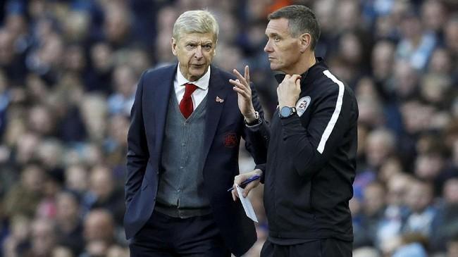Manajer Arsenal, Arsene Wenger, melakukan protes ke wasit keempat Andre Marriner setelah Manchester City mencetak gol ketiga melalui Gabriel Jesus. (REUTERS/Phil Noble)