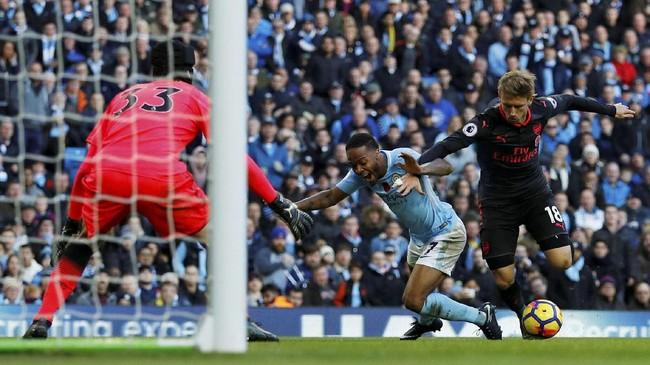 Manchester City mendapatkan penalti pada menit ke-50 setelah bek Arsenal Nacho Monreal menjatuhkan winger Manchester City Raheem Sterling. (REUTERS/Phil Noble)