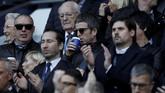 Pentolan band Oasis, Noel Gallagher, sedang minum sebelum pertandingan Manchester City melawan Arsenal di Stadion Etihad. (REUTERS/Phil Noble)