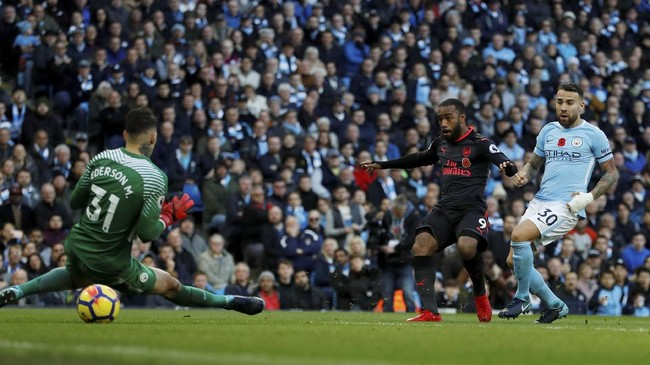 Arsenal menghidupkan peluang setelah Alexandre Lacazette mencetak gol untuk memperkecil kedudukan menjadi 2-1 pada menit ke-65. (Action Images via Reuters/Lee Smith).