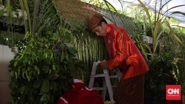 Kediaman Kahiyang Ayu putri Joko Widodo sudah dipasangi bleketepe, Selasa (7/11). Itu menandakan Jokowi sudah siap punya hajat besar, yakni melakukan siraman untuk Kahiyang dan Bobby. Bleketepe merupakan daun kelapa yang masih hijau berukuran sekitar 50 x 200 cm dan dipasang di gerbang kediaman mempelai wanita.