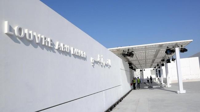 Museum Louvre Abu Dhabi telah komplet dan diresmikan pada Rabu (8/11). Museum ini dibangun atas kerja sama tiga tahun antara Perancis dan kota Abu Dhabi. (REUTERS/Satish Kumar)