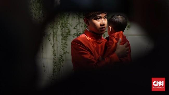 Setelah bleketepe terpasang, Jokowi sekeluarga yang seragam dengan busana oranye siap menggelar siraman untuk Kahiyang dan Bobby.