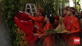 Tangga yang digunakan Jokowi untuk memasang bleketepe dan dipegangi Iriana itu punya makna tersendiri. Yakni, menandakan dua sisi kehidupan pernikahan dan dibutuhkannya sikap gotong royong.