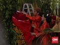 FOTO: Jokowi Pasang Bleketepe untuk Pernikahan Kahiyang-Bobby