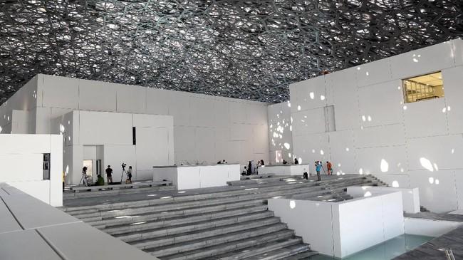 Museum Louvre Abu Dhabi ini terletak di Pulau Saadiyat, lepas pantai Abu Dhabi. (REUTERS/Satish Kumar)