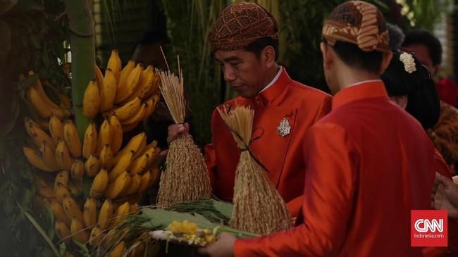 Bukan hanya memasang bleketepe dan janur, Jokowi juga memasang beberapa buah-buahan hasil bumi di sudut gerbang kediamannya di Jalan Kutai Utara, Sumber, Solo. Lazimnya, buah yang harus ada termasuk dua tandan pisang dan kelapa gading.