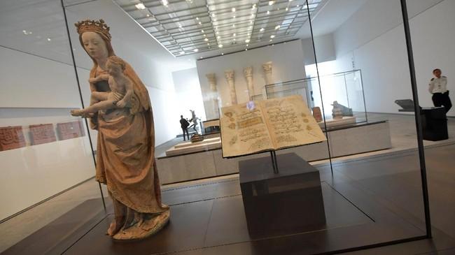 Memiliki luas total 24 ribu meter persegi, museum ini punya luasan galeri hingga 8.000 meter persegi dan menjadi museum terbesar di Semenanjung Arab. (AFP PHOTO / GIUSEPPE CACACE)