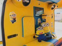 Karakter Minions yang menggemaskan dan warna kuning yang cerah dianggap jadi kombinasi yang tepat untuk menemani pasien sepanjang perjalanannya. (Foto: Facebook/Leesuvan Nirun)
