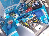 Kontras dengan ambulans Minions yang dihias serba kuning, ambulans Doraemon memiliki warna interior yang serba biru. (Foto: Facebook/Leesuvan Nirun)