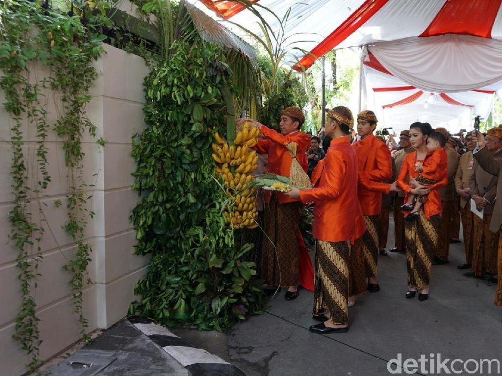 Foto: Gaya Cetar Keluarga Jokowi dengan Seragam Pernikahan Oranye