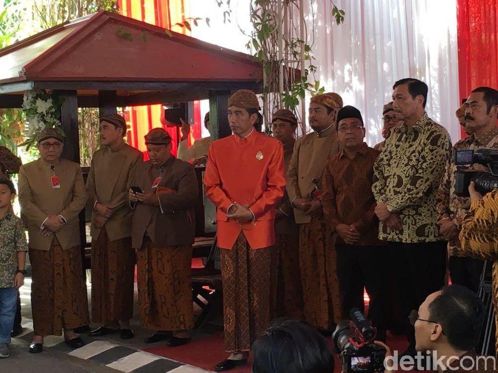 Pasang Bleketepe, Jokowi Tampil Fresh dengan Beskap Oranye Terang