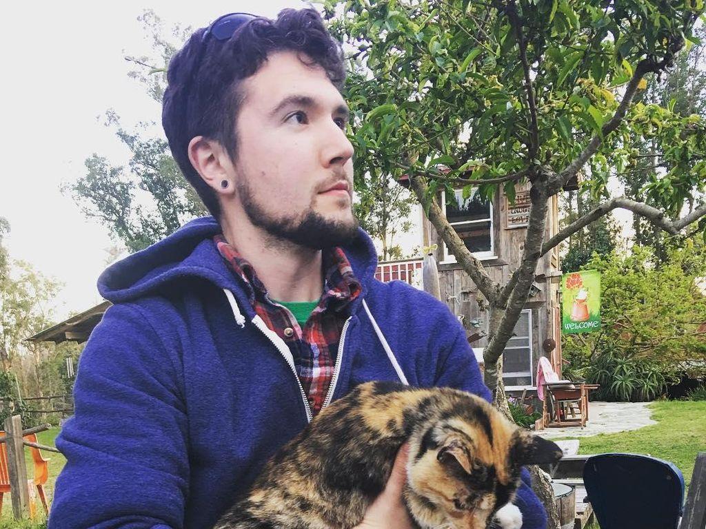 Foto: Pria Ganteng Ini Jadi Viral Karena Foto Sama Kucing