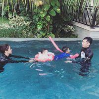 Sedangkan mantu mantan presiden RI Susilo Bambang Yudhoyono yang mana merupakan istri dari Ibas, Aliya Rajasa, sering menunjukan foto sedang menemani anak-anaknya berenang. (Foto: Instagram @ruby_26)