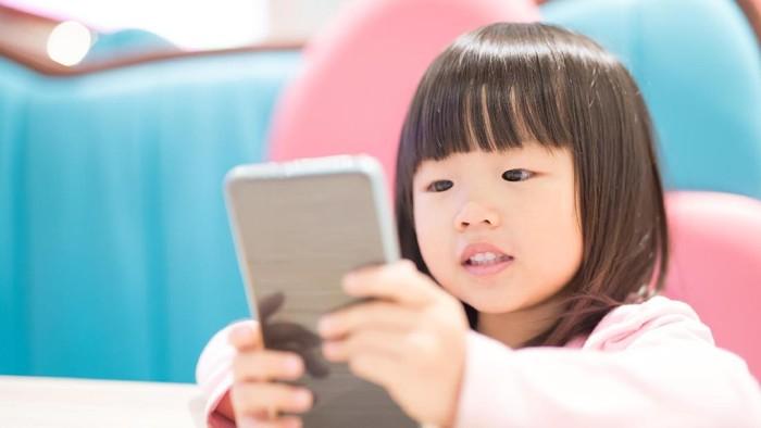 Bunda Perlu Tahu, Alasan Balita Terobsesi dengan Gadget Orang Tuanya