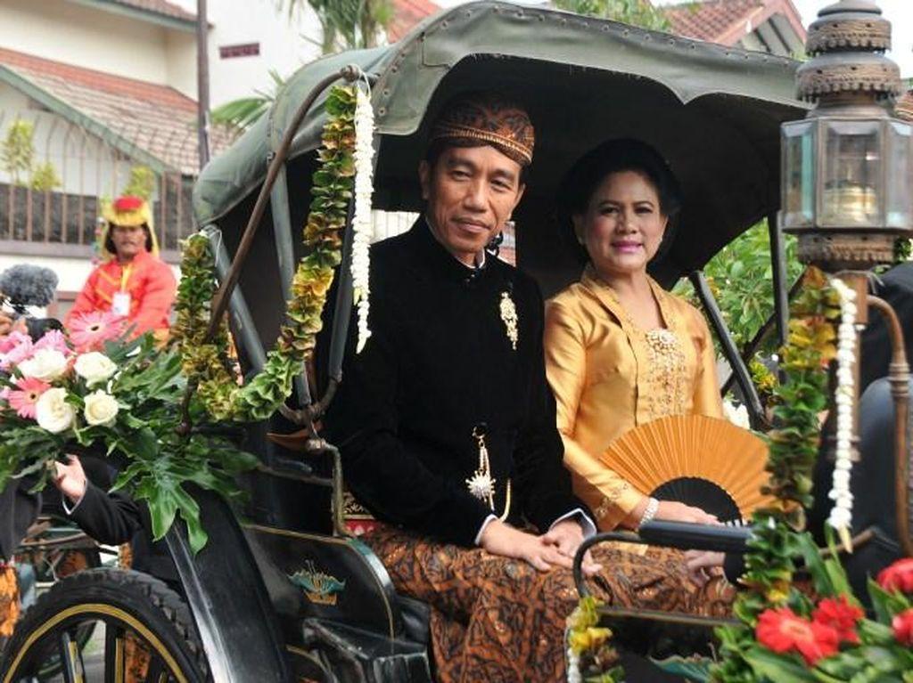 Foto: Serasi, Jokowi dan Iriana Pakai Batik Sidomulyo di Pernikahan Kahiyang