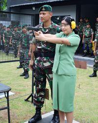 Sebagai istri dari seorang mantan anggota TNI Angkatan Darat, Annisa juga melakukan olahraga menembak. Foto: Instagram/@agusyudhoyono
