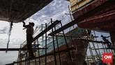 Pekerja menyelesaikan perbaikan kapal pengangkut barang di sebuah galangan kapal di Muara Angke, Jakarta, pada Rabu (8/11). Industri galangan kapal dinilai memiliki peluang besar untuk tumh dengan memanfaatkan pasar kemaritiman tanah air. (CNNIndonesia/Adhi Wicaksono)