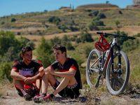 Bersepeda bersama sang adik Alex Marquez yang juga seorang pembalap di Moto2. (Foto: Instagram/marcmarquez93)