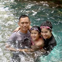 Selain itu, istri dari Agus Harimurti Yudhoyono pun kerap melakukan olahraga berenang. Tidak lupa juga bersama dengan keluarga kecilnya. Foto: Instagram/@annisayudhoyono