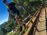Latihan keseimbangan ini dilakukan Marquez di mana saja. Tujuannya untuk melatih konsentrasi dan tentu saja keseimbangan ketika berada di atas motor. (Foto: Instagram/marcmarquez93)