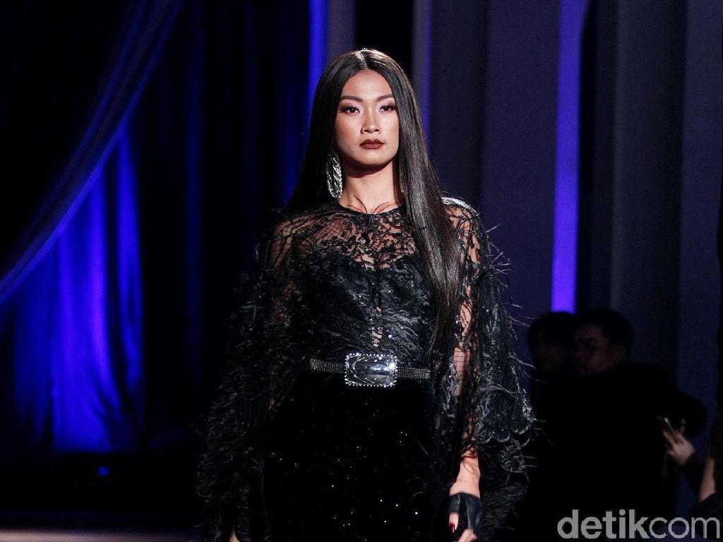 Foto: 25 Koleksi Busana Cantik Nan Glamour Ivan Gunawan