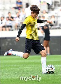 Mimpi Minho sempat menjadi kenyataan ketika diajak ikut serta dalam pertandingan sepakbola amal bertajuk Asia Dream CUp 2013 di Shanghai. Saat itu ia menjadi satu tim dengan mantan pemain Manchester United, Park Ji Sung. Pria yang juga menekuni dunia akting ini pun terlibat dalam perhelatan yang sama di tahun 2014. (Foto: My Daily)
