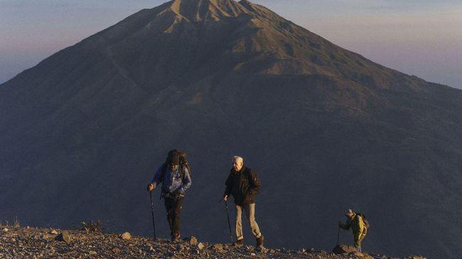 Merapi Erupsi, 160 Pendaki Turun dengan Selamat