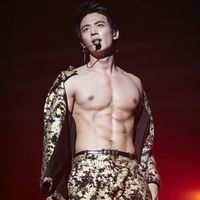 Dia adalah Choi Minho. Di Korea, ia dikenal sebagai rapper dari grup musik SHinee. Selain berwajah tampan, Minho dilaporkan memiliki tubuh berotot yang sukses bikin para wanita berteriak histeris. (Foto: Instagram/minhoxx)