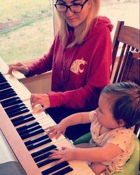 Lewat akun Instagramnya, Madeline juga memperlihatkan kebisaannya bermain piano. Di sini ia baru menyadari ada banyak hal yang masih belum ia syukuri dari dirinya. Foto: Instagram/crooked_loves