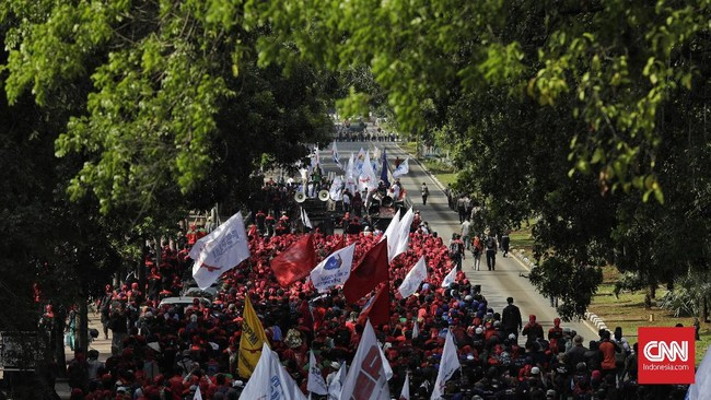 Massa buruh sempat mengancam akan menginap di Balai Kota jika tuntutan mereka tak dipenuhi. Hingga batas waktu yang ditentukan pukul 18.00 WIB, buruh masih bertahan.(CNN Indonesia/Adhi Wicaksono)