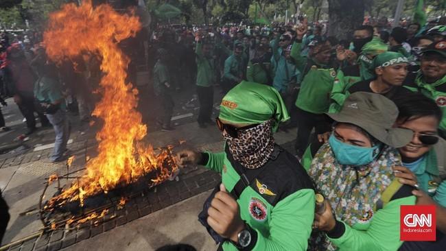 Mereka menyebut Anies-Sandi berbohong dan mengingkari kontrak politik dengan buruh dengan menetapkan UMP DKI Jakarta di bawah harapan mereka. (CNN Indonesia/Adhi Wicaksono)