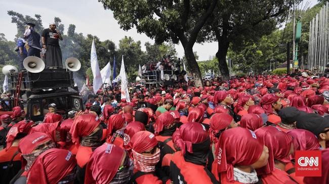 Ratusan massa buruhmenggelar unjuk rasa di Balai Kota DKI menuntut revisiupah minimum provinsiDKI Jakarta 2018, Jumat (11/10). (CNN Indonesia/Adhi Wicaksono).