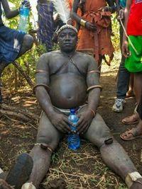 Namun demikian bagi suku Bodi di Ethiopia tubuh gemuk dan perut buncit justru dianggap sebagai sesuatu yang seksi. (Foto: Instagram/phcitytraffic)
