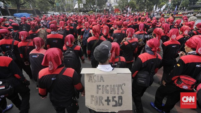 Ratusan buruh yang berunjuk rasa bukan hanya datang dari Jakarta, mereka juga berasal dariBogor, Depok, Tangerang, Bekasi, Jawa Tengah, Jawa Timur dan Cirebon. (CNN Indonesia/Adhi Wicaksono)