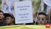 Polisi sempat mengerahkan kendaraan taktis baracuda dan meriam air untuk mengantisipasi buruh yang tak mau membubarkan diri, namun buruh bergeming. (CNN Indonesia/Adhi Wicaksono)