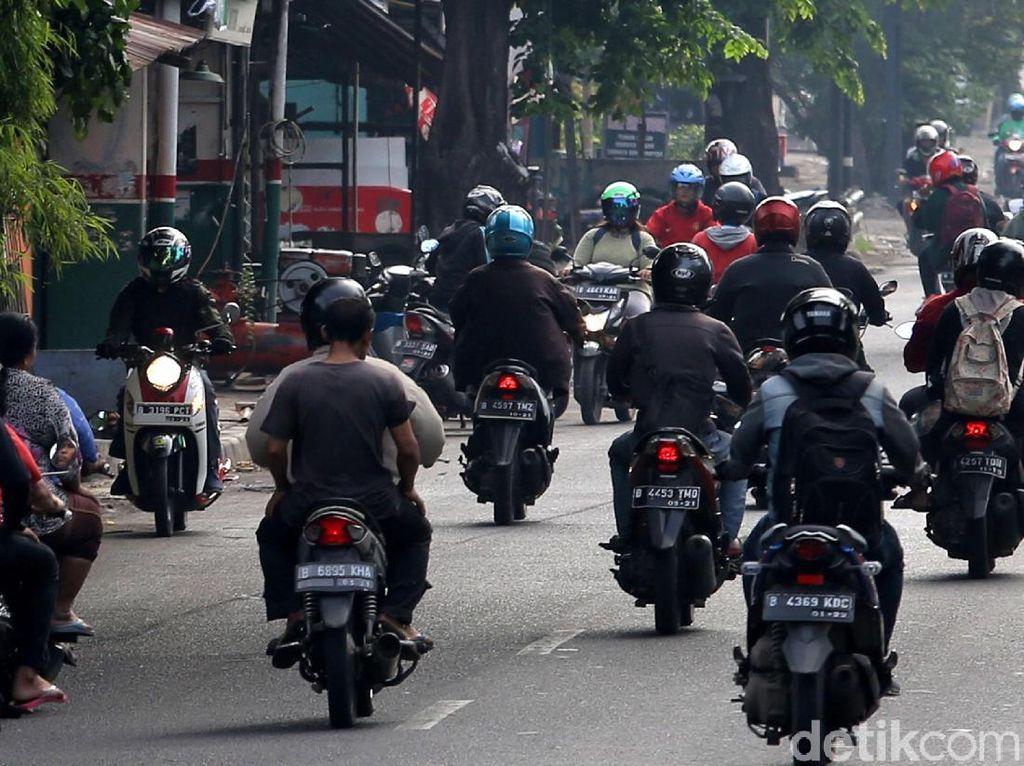 Sejumlah pengendara motor melawan arus saat lalu lintas di Jalan Jenderal R.S Soekanto sedang ramai.