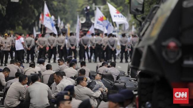 Setelah diultimatum Kapolres Jakarta Pusat, buruh baru bersedia membubarkan diri sekitar pukul 10.50 WIB. (CNN Indonesia/Adhi Wicaksono)