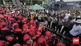 Buruh kecewa dengan UMP DKI Jakarta 2018 yang ditetapkan sebesar Rp3,64 juta, jauh di bawah harapan mereka sebesar Rp3,9 juta. (CNN Indonesia/Adhi Wicaksono)