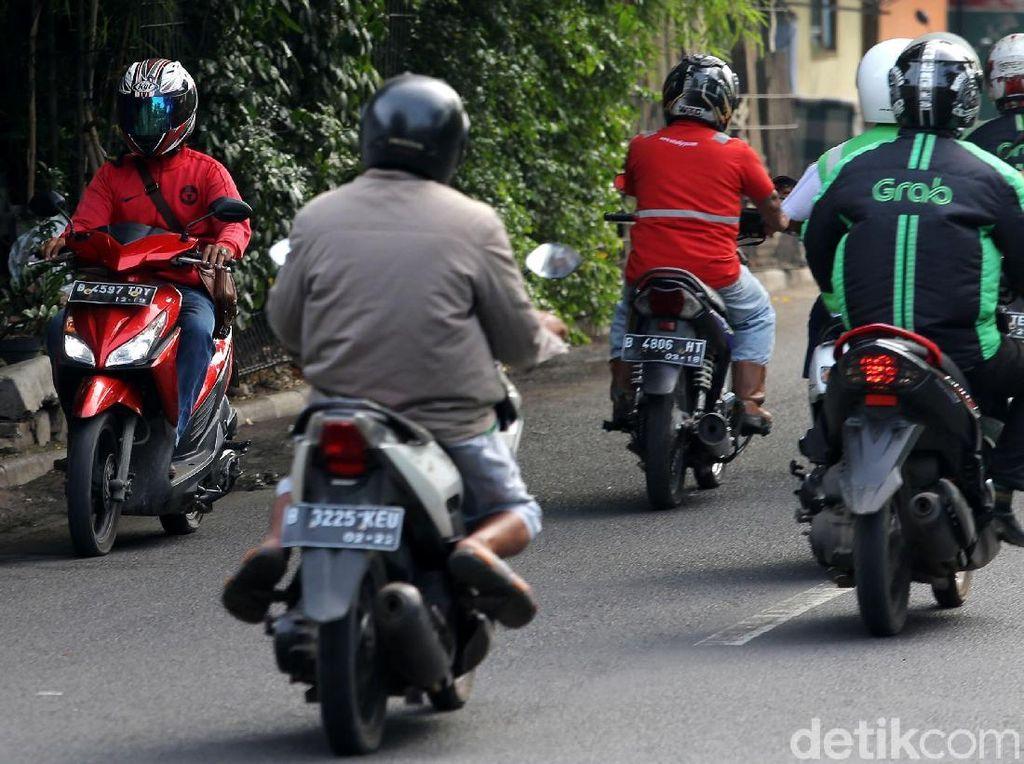 Seorang pengendara sepeda motor melawan arus lalu lintas.