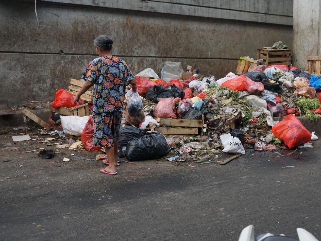 Aneka rupa sampah sempat menumpuk di dekat Flyover Kebayoran Lama. Sampah-sampah itu membuat suasana di sekitar lokasi menjadi kurang enak dipandang. (Kanavino/detikcom)