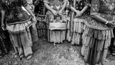 Hari pertama, pernikahan dimulai dengan prosesi Tari Raego sebagi penanda dimulainya upacara pernikahan secara adat. Lantunan syair-syair Kulawi kuno menyambut mempelai pria. (ANTARA FOTO/Fiqman Sunandar)