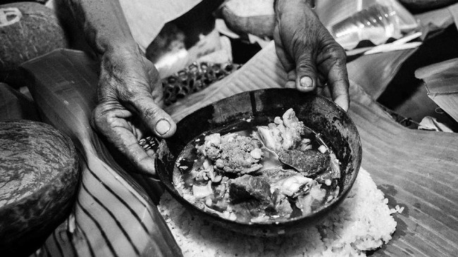 Setelah pintu terbuka, kepala sang mempelai pria pun disambut taburan beras kuning. Suasana riang pun terlihat di raut wajah keluarga mempelai wanita. (FOTO/Fiqman Sunandar)