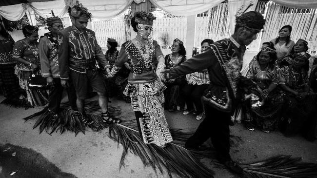 Bukan hanya itu, ada juga ritual berjalan di atas pelepah daun pinang sebagai simbol diterimanya mempelai pria menjadi satu keluarga. (ANTARA FOTO/Fiqman Sunandar)