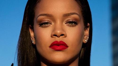 Gaya Rihanna Pakai Kaus Kaki Seharga Rp 18 Juta