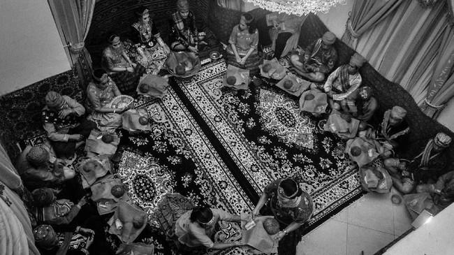 Setelah ritual makan kapur sirih, acara hari itu pun ditutup dengan santap bersama. (ANTARA FOTO/Fiqman Sunandar)