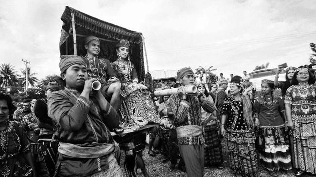 Mereka menyebut prosesi pernikahan adatnya dengan nama 'Pmemua.' Pernikahan di sana berlangsung selama dua hari. (ANTARA FOTO/Fiqman Sunandar)